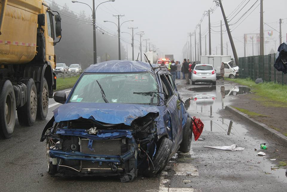 Un grave accidente de tránsito que involucró a un automóvil y a un camión  dejó dos víctimas